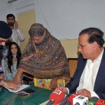 Punjab Gov. Salman Taseer with Aayisa Noreen (Asia Bibi) as she signs with thumb print her appeal for clemency. (Pakistan Today)
