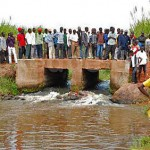 A crowd gathers where the body of a pastor was thrown into a river in eastern Uganda on Dec. 23, 2015. (Morning Star News)