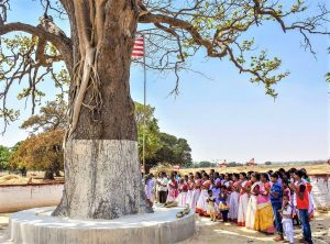 Villagers outside Ranchi, Jharkhand in tribal worship ritual at sarna tree. (Gurpreet Singh Ranchi, Creative Commons)